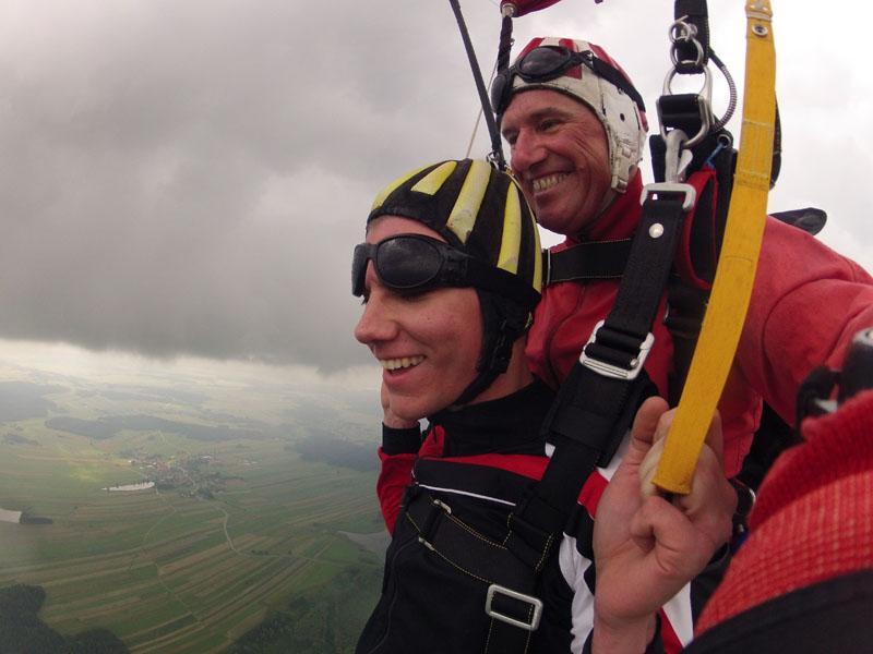 Fallschirmsprung mit Steuerleinen lenken