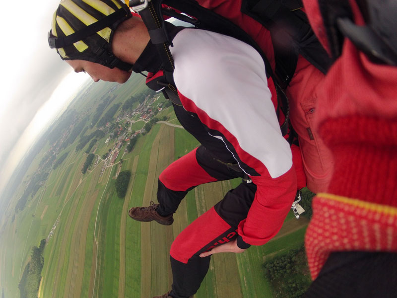 Fallschirmsprung mit Beine hochnehmen für die Landung