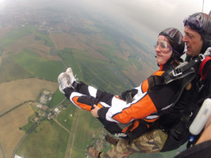 Fallschirmsprung mit Beine hochnehmen